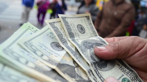 Subida del dólar beneficia a los exportadores, afirma el MEF.