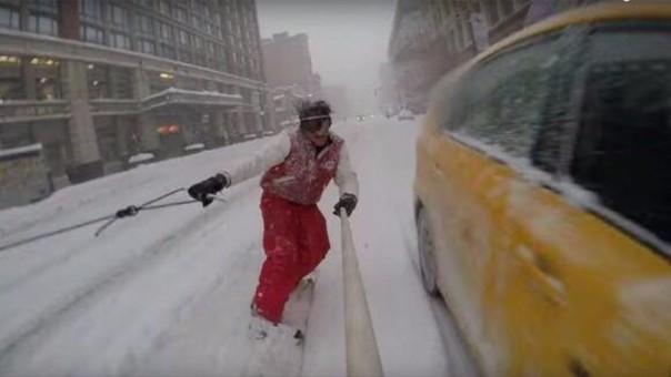Hacen snowboarding en calles de NY