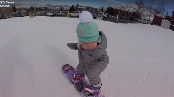 Niño sabe esquiar sobre la nieve