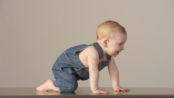 bebe 10 meses no gatea ni se pone de pie