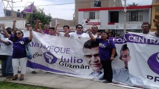 Militantes de Julio Guzmán realizan bulliciosa protesta.