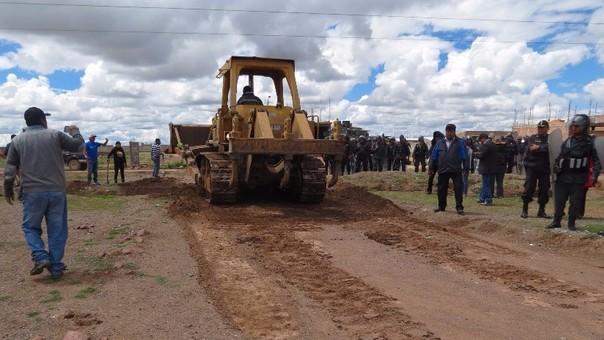 La policía arremetió contra pobladores que cerraron botadero de basura.