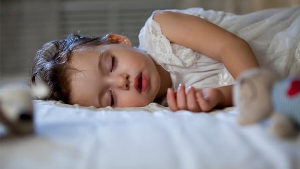 Los niños son los que más deben dormir.