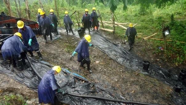 Unas 250 personas limpian área de derrame de petróleo en Amazonía de Perú