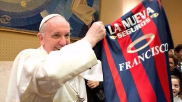 El Papa Francisco con la camiseta de su querido San Lorenzo