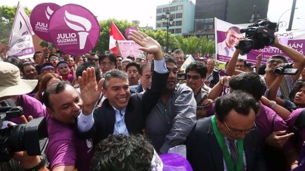 Julio Guzmán en protesta