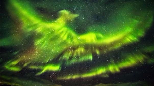 Aurora boreal con forma de ave fénix