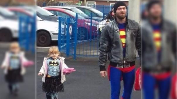 Padre e hija asistieron a la escuela vestidos de héroes
