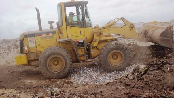 Con apoyo de maquinaria pesada se realizó la destrucción de latas de pescado