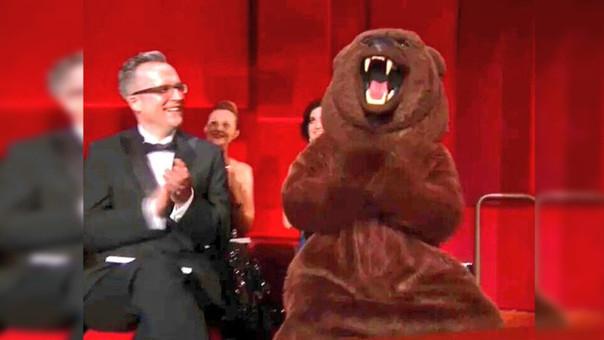 El oso de 'El Renacido' se hizo presente en la gala de los Premios Oscar 2016
