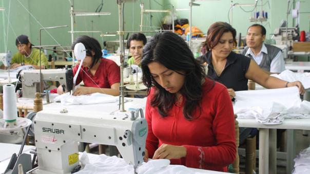 Las mujeres ganan un 30% menos que los hombres, según el INEI.