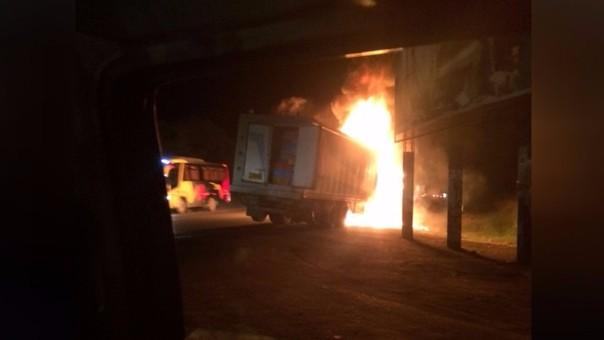 Camión frigorifico se incendia