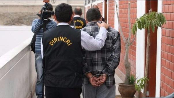 Policía detenido