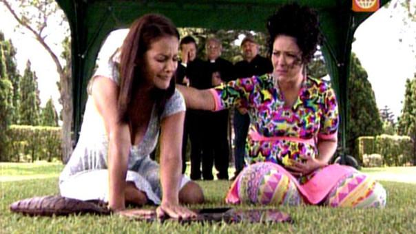 Charo y Teresa en el cementerio