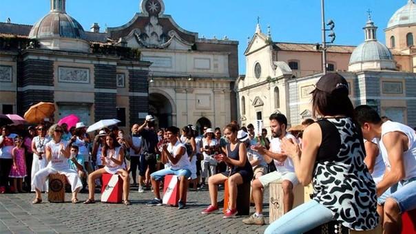 Flashmob por el Día del cajón peruano en Roma, Italia.