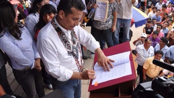 Ollanta Humala firma el decreto supremo que elevará el sueldo mínimo a S/ 850.