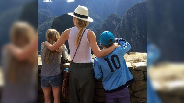 Gwyneth Paltrow con sus hijos Moses y Apple en Cusco