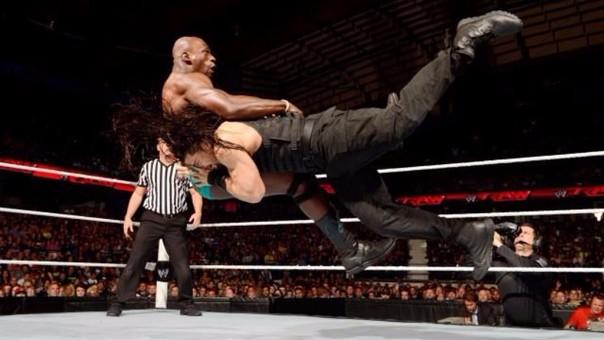 Roman Reigns aplicando una lanza, su movida final que los fanáticos asocian más con Goldberg, Edge y Batista que con él