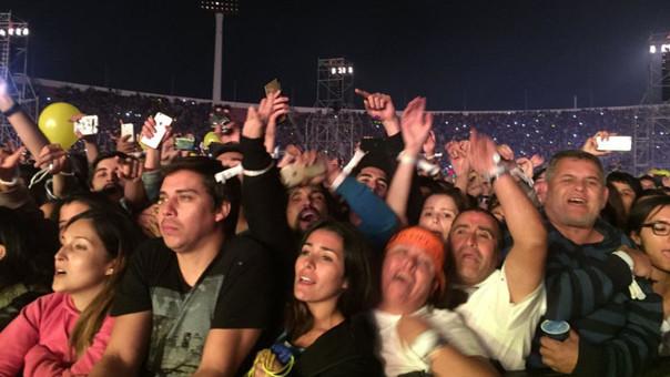 Todos disfrutando el concierto de Coldplay excepto uno