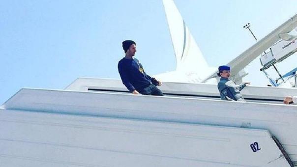 En la imagen se observa a Chris Martin descendiendo del avión