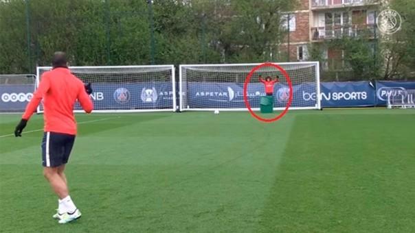 David Luiz está parado al lado del bote de basura.