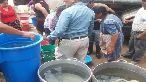 Agua en baldes y ollas sirven para abastecer a pobladores de Santa Rosa.
