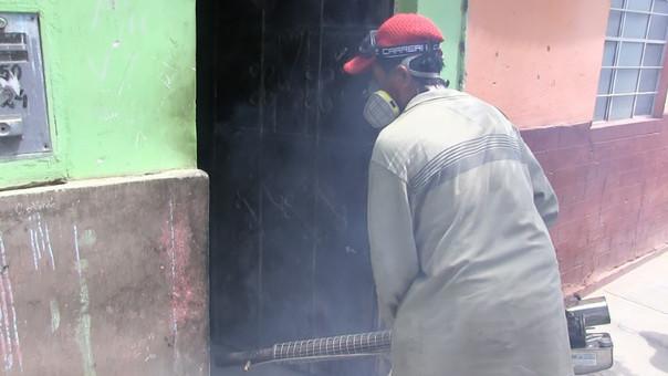 Fumigan viviendas en diferentes zonas
