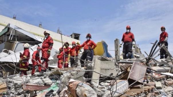 Bomberos peruanos trabajan en Ecuador tras terremoto