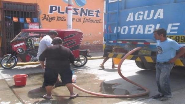 Cisternas abastecen de agua a la localidad de Reque.
