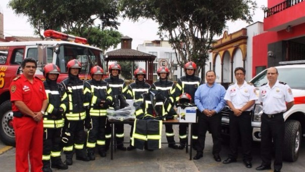 Entrega de los nuevos uniformes y vehículo a la compañía de Bomberos de Barranco.
