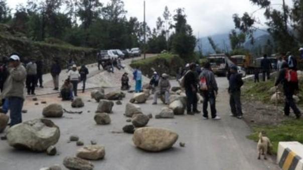Con piedras y palos interrumpieron el tránsito en el tramo Soccllaccasa - Cúnyac.