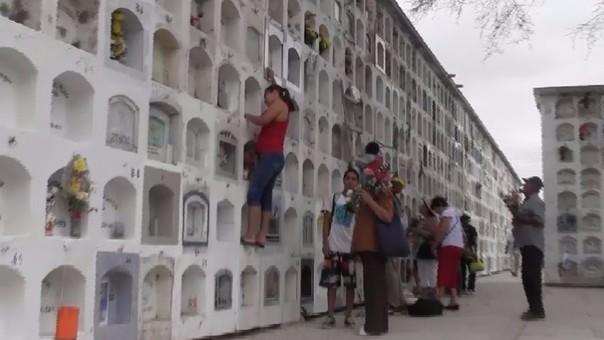 Población aún no toma conciencia de uso de agua en floreros en cementerios