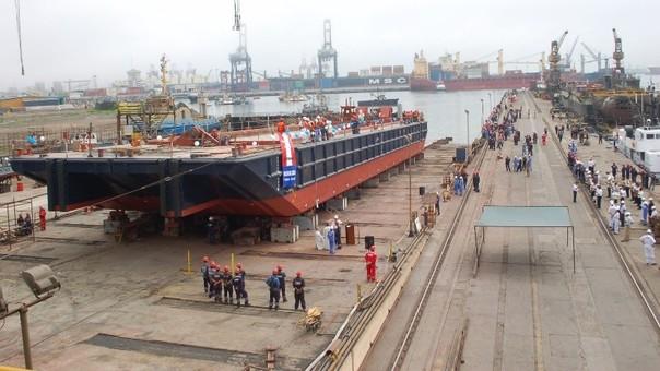 Denuncian traslado inseguro del petróleo en barcazas.