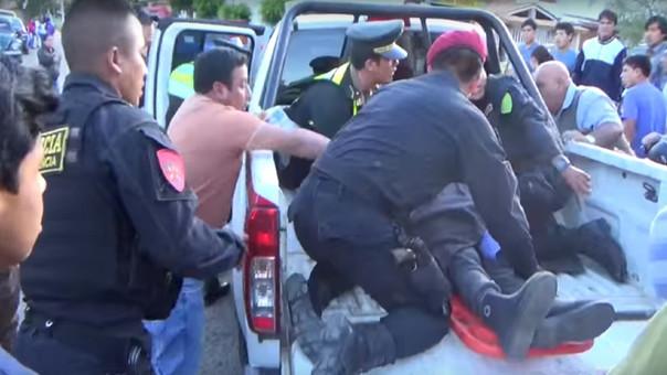Mujer de 90 años es trasladada hasta el Hospital Regional de Cajamarca en un patrullero policial