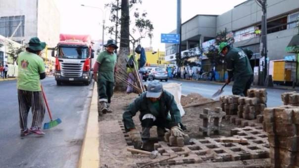 Los trabajos se realizan durante la tarde y noche con miembros de la municipalidad de La Victoria.