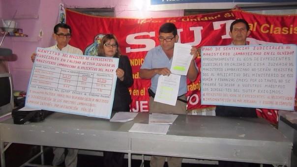 Los representantes del SUTEP muestran el pedido de pago y el avance que se da hasta el momento