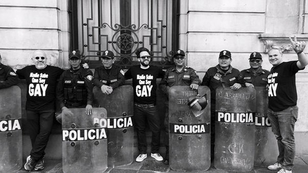 Beto Ortiz, Rodrigo González y Mauricio Fernandini posan con la PNP