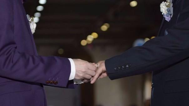 La Iglesia de Escocia vota a favor de ordenación de homosexuales casados