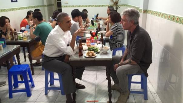 Barack Obama cenó junto a conocido chef en un modesto restaurante de Vietnam