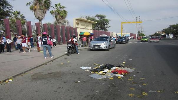 basura en exteriores de colegio
