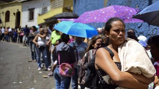 Miles de venezolanos tienen que hacer colas a diario para conseguir alimentos básicos.