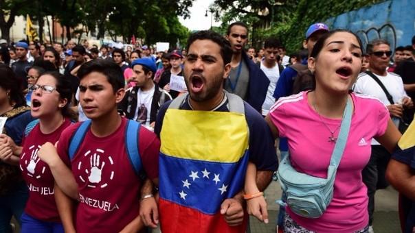 Estudiantes venezolanos protestando contra el gobierno de Nicolás Maduro en una calle de Caracas.