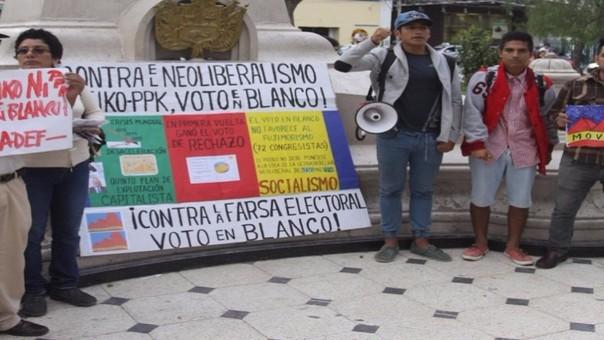 Induciendo el voto en blanco integrantes del Movadef realizaron bulliciosa protesta.