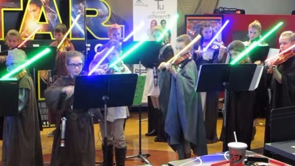 YouTube: orquesta de niños toca con sables de luz al estilo Star Wars