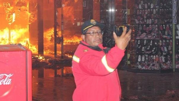Apiat: revuelo por selfie de bombero en pleno incendio