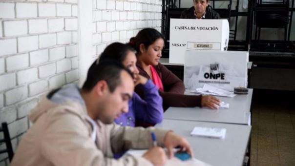 Los personeros vigilan el escrutinio de los votos y son acreditados por los partidos políticos a los que defienden.