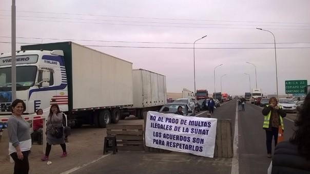 Bloquean vía fronteriza en Tacna.