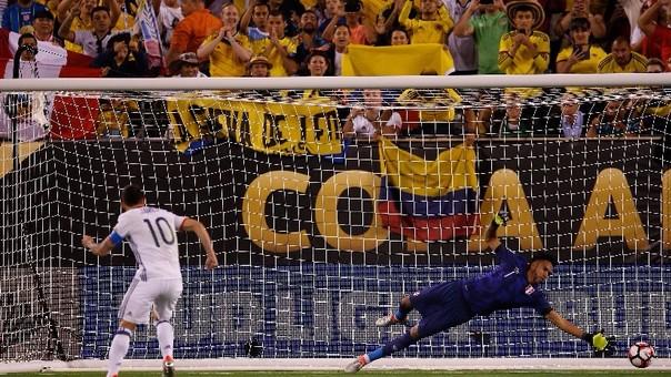 James Rodríguez anotó el primer penal que clasificó a la Selección Colombiana a semifinales de Copa América ante Perú.