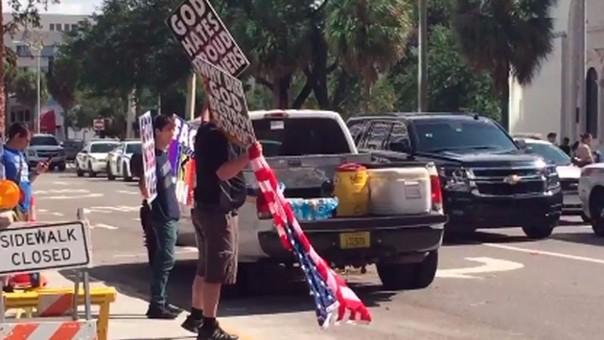 Protesta en funeral de una de las víctimas de discoteca de Orlando