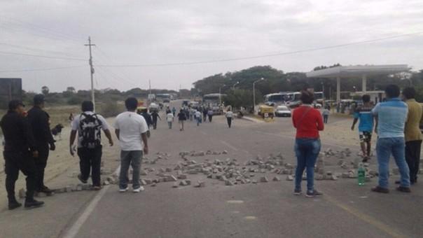 Pescadores bloquean carretera de acceso a Sechura.